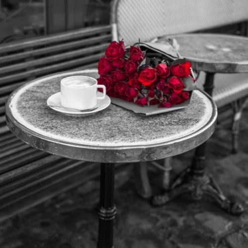Frank, Assaf의 Bunch of flowers on sidewalk cafe table, Paris, France